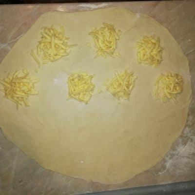 Фото рецепта - Дрожжевые пирожки с мясом и сыром, жареные на сковороде - шаг 5