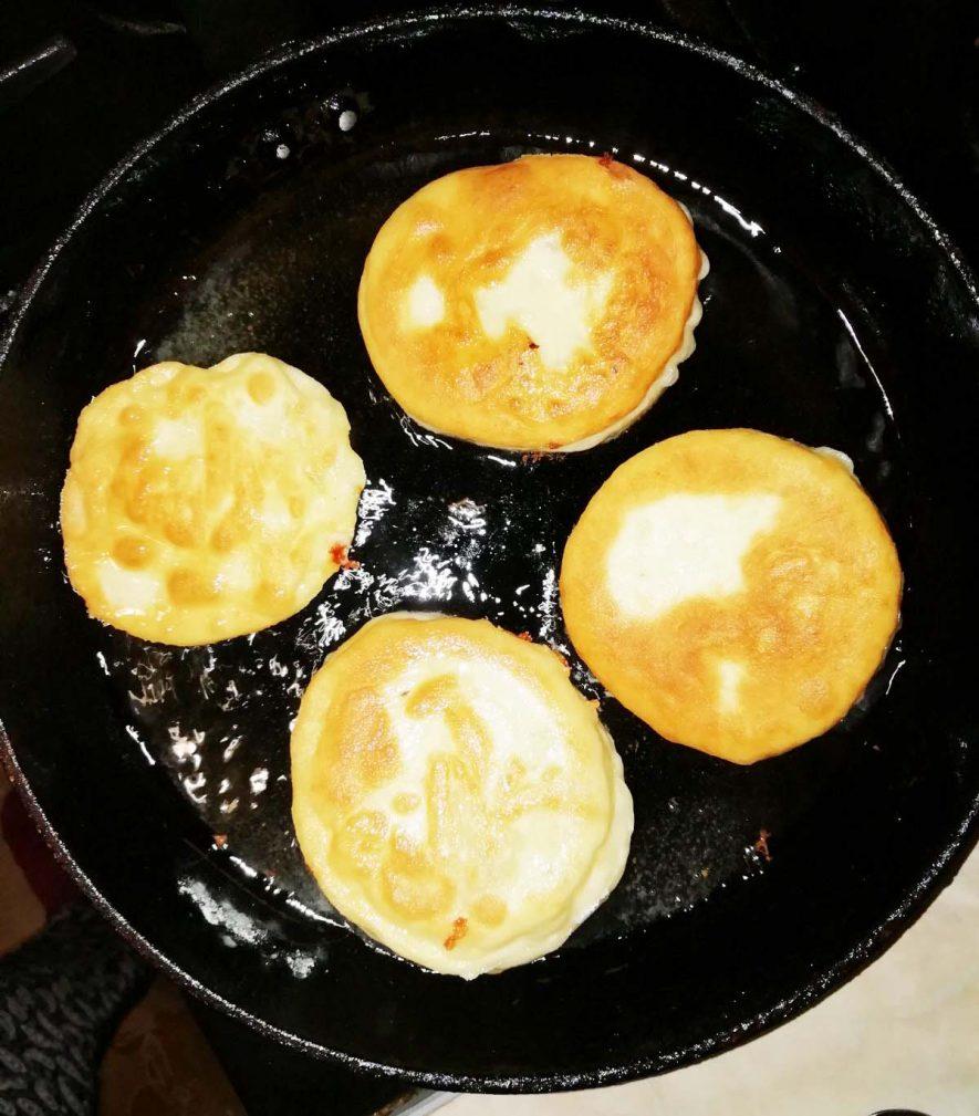 Фото рецепта - Дрожжевые пирожки с мясом и сыром, жареные на сковороде - шаг 6