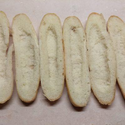 Фото рецепта - Хот-доги с соусом барбекю, маринованными огурцами и салями - шаг 1