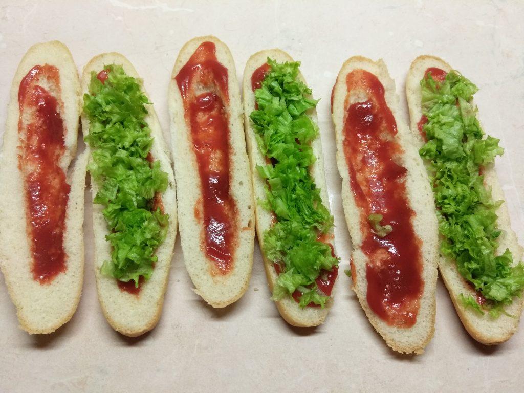 Фото рецепта - Хот-доги с соусом барбекю, маринованными огурцами и салями - шаг 2