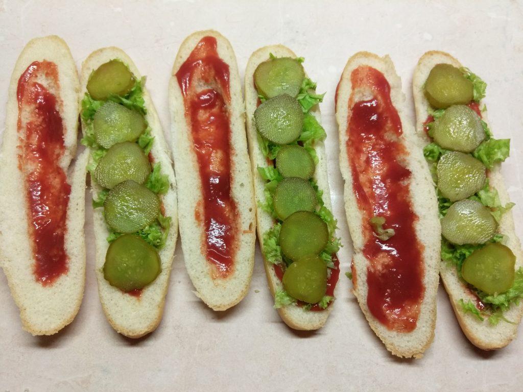 Фото рецепта - Хот-доги с соусом барбекю, маринованными огурцами и салями - шаг 3