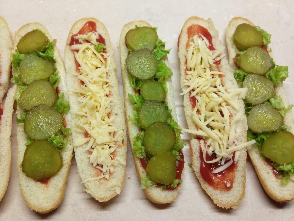 Фото рецепта - Хот-доги с соусом барбекю, маринованными огурцами и салями - шаг 4