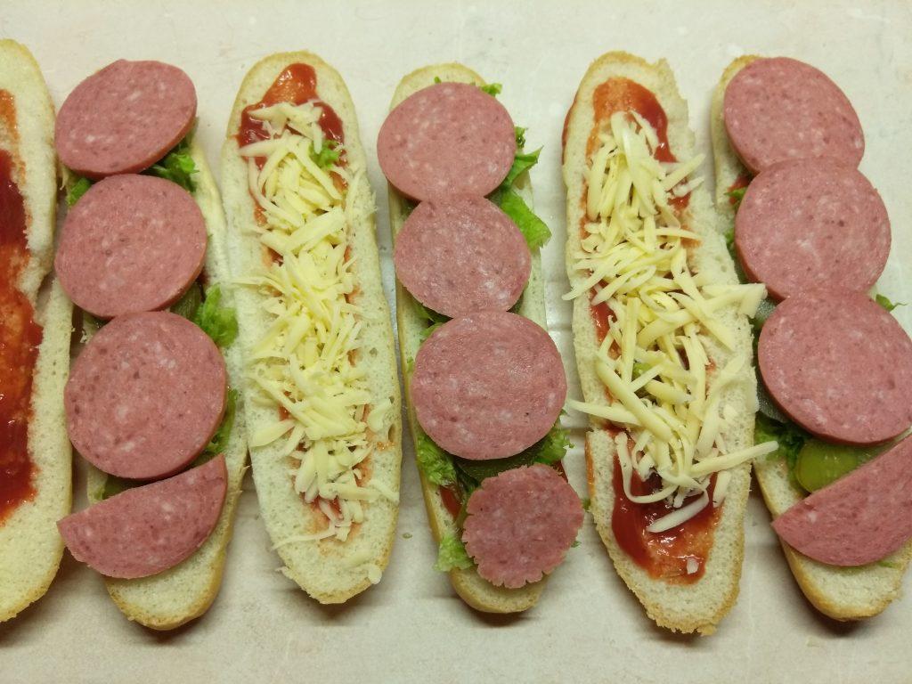 Фото рецепта - Хот-доги с соусом барбекю, маринованными огурцами и салями - шаг 5