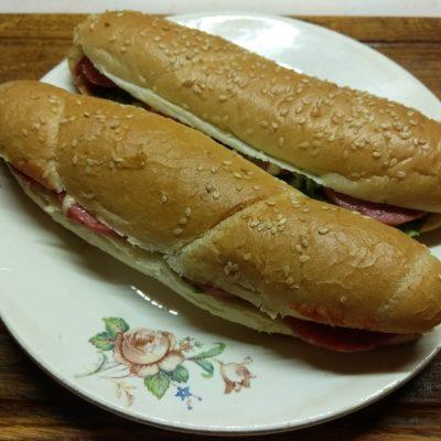 Хот-доги с соусом барбекю, маринованными огурцами и салями - рецепт с фото