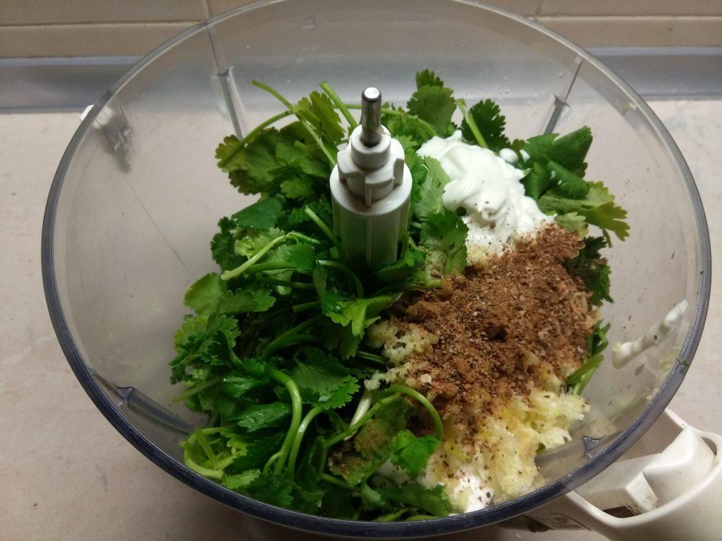 Фото рецепта - Сметанный соус с петрушкой и чесноком - шаг 5