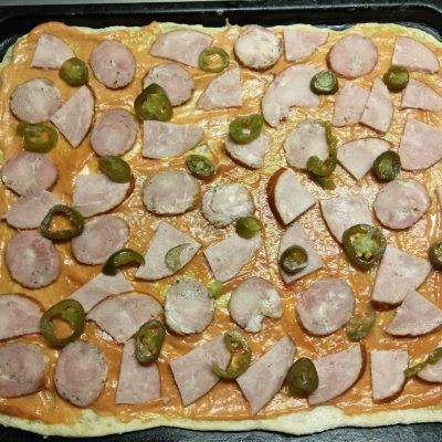 Фото рецепта - Дрожжевая пицца с двумя видами колбасы, вешенками и халапеньо - шаг 4