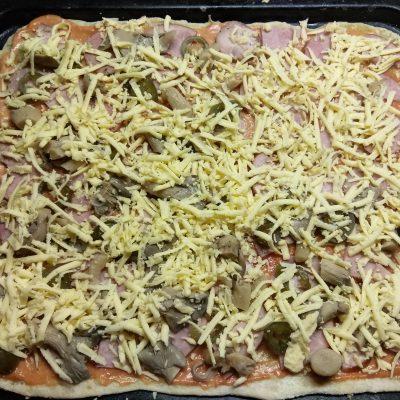 Фото рецепта - Дрожжевая пицца с двумя видами колбасы, вешенками и халапеньо - шаг 5