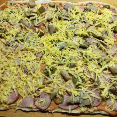 Фото рецепта - Дрожжевая пицца с двумя видами колбасы, вешенками и халапеньо - шаг 6