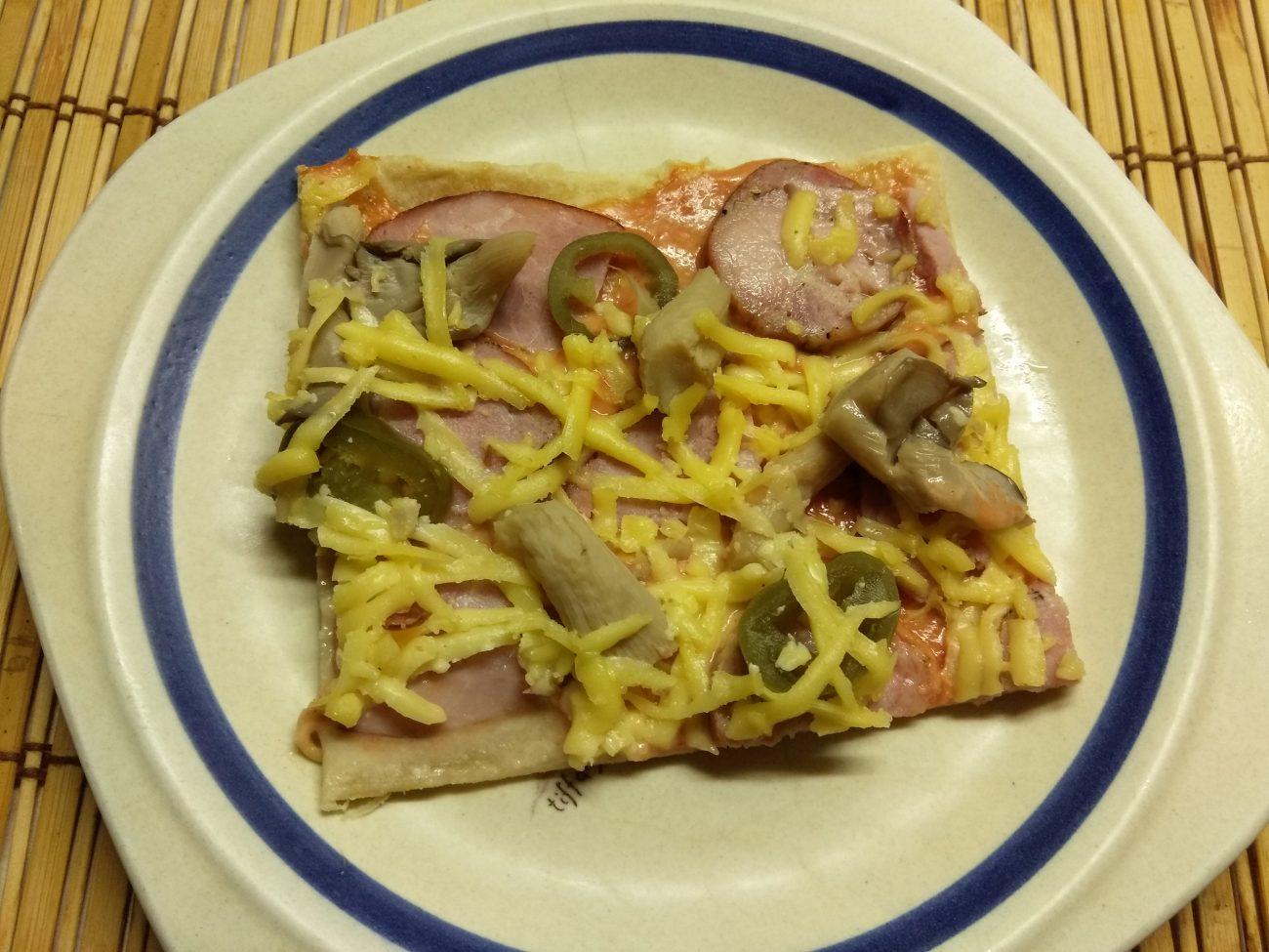 Дрожжевая пицца с двумя видами колбасы, вешенками и халапеньо