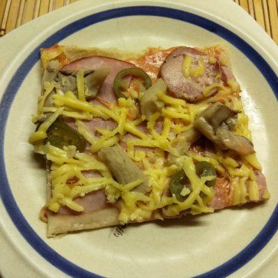 Дрожжевая пицца с двумя видами колбасы, вешенками и халапеньо - рецепт с фото