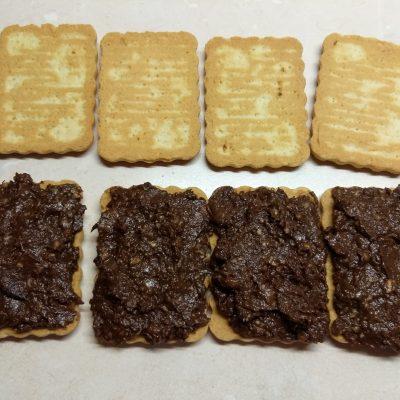 Фото рецепта - Сладкие сэндвичи из печенья с шоколадно-банановой начинкой - шаг 5