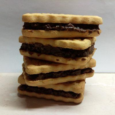 Сладкие сэндвичи из печенья с шоколадно-банановой начинкой - рецепт с фото