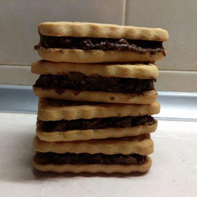 Фото рецепта - Сладкие сэндвичи из печенья с шоколадно-банановой начинкой - шаг 6
