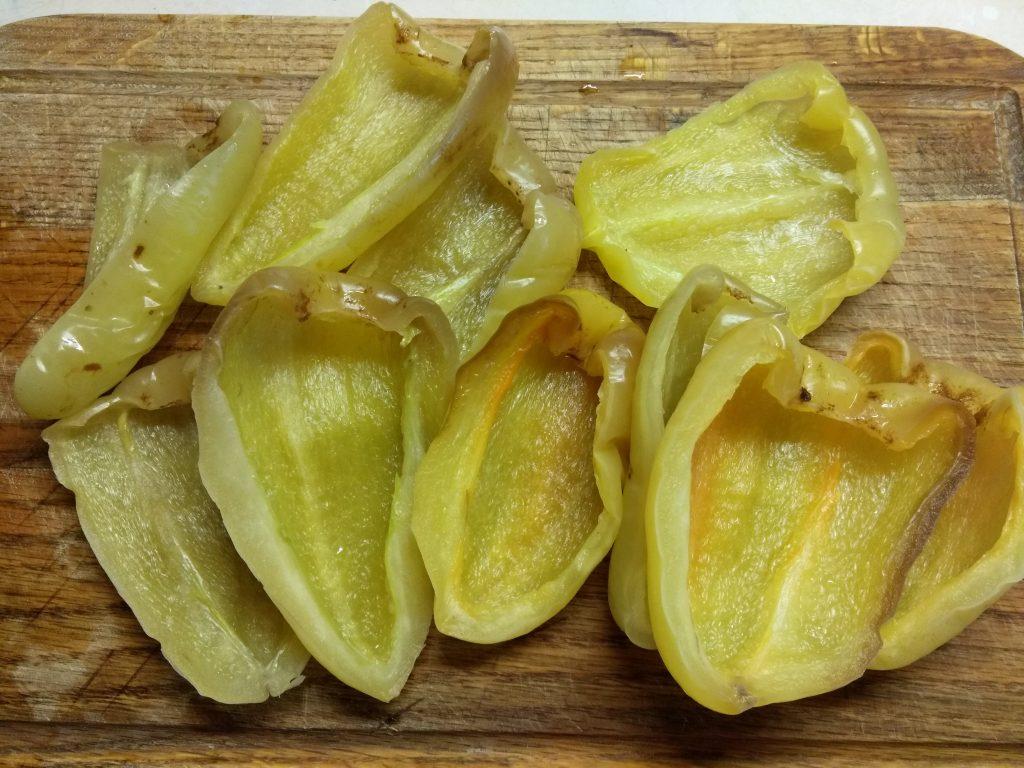 Фото рецепта - Болгарский перец, фаршированный творогом, петрушкой и сосисками - шаг 1