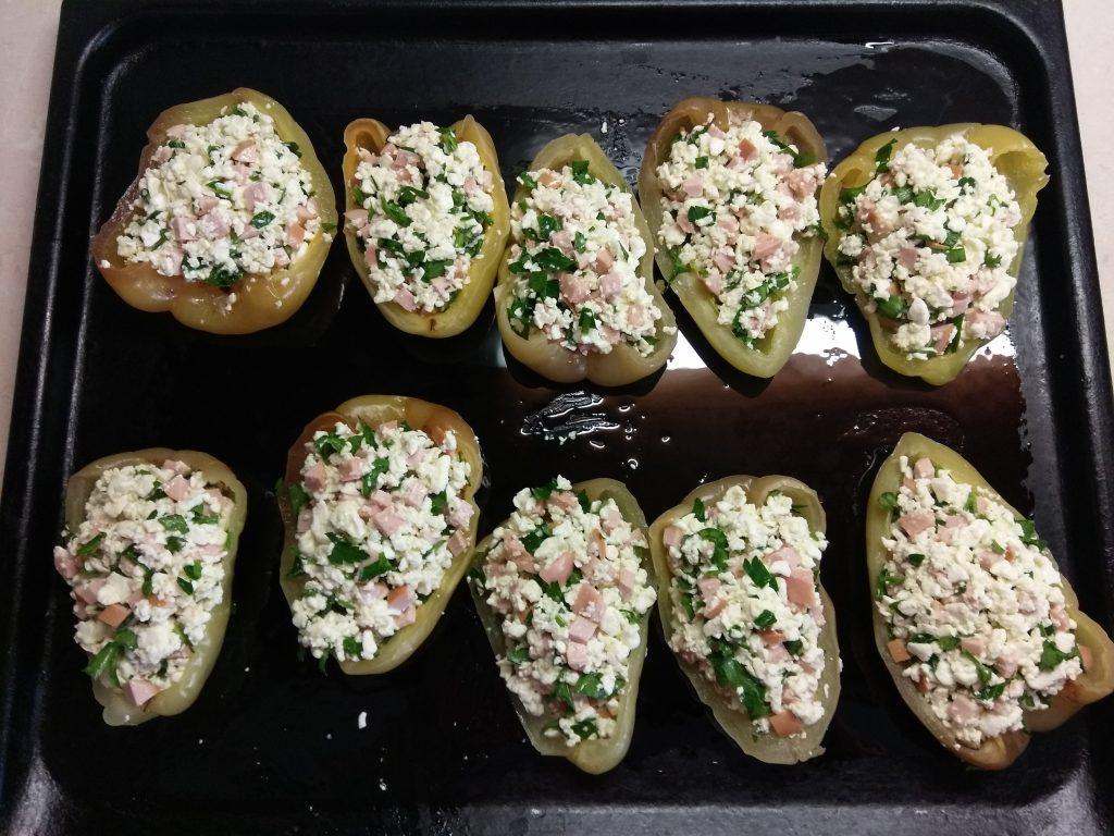 Фото рецепта - Болгарский перец, фаршированный творогом, петрушкой и сосисками - шаг 6