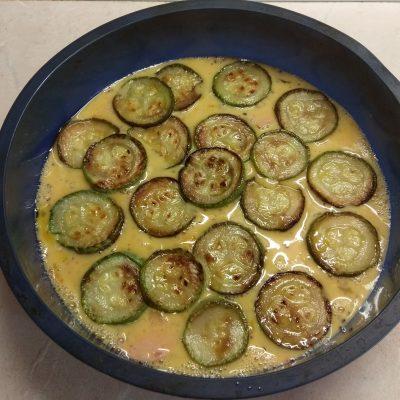 Фото рецепта - Яичная запеканка с кабачком и варенной колбасой - шаг 4
