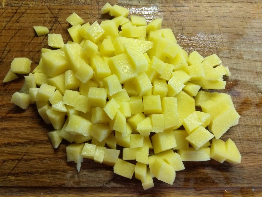 Фото рецепта - Суп с лососем, кабачками и макаронами на рыбном бульоне - шаг 2