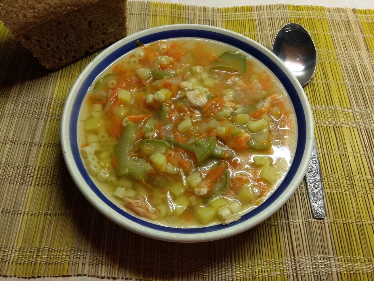 Суп с лососем, кабачками и макаронами на рыбном бульоне