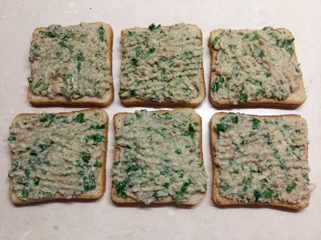 Фото рецепта - Горячие бутерброды с сардинами, петрушкой и огурцами - шаг 3