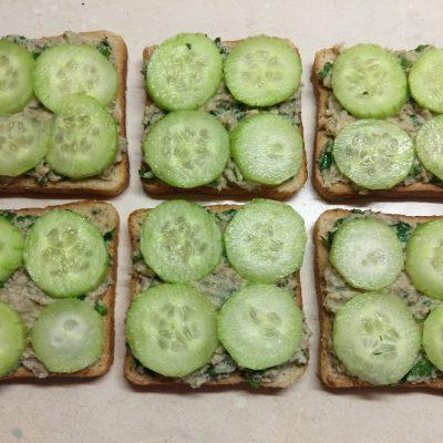 Фото рецепта - Горячие бутерброды с сардинами, петрушкой и огурцами - шаг 4