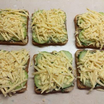 Фото рецепта - Горячие бутерброды с сардинами, петрушкой и огурцами - шаг 5
