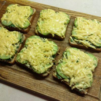 Фото рецепта - Горячие бутерброды с сардинами, петрушкой и огурцами - шаг 6