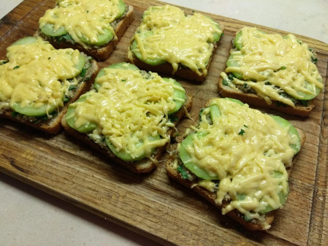 Горячие бутерброды с сардинами, петрушкой и огурцами