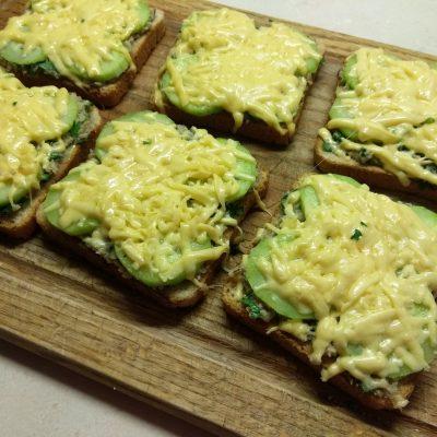 Горячие бутерброды с сардинами, петрушкой и огурцами - рецепт с фото