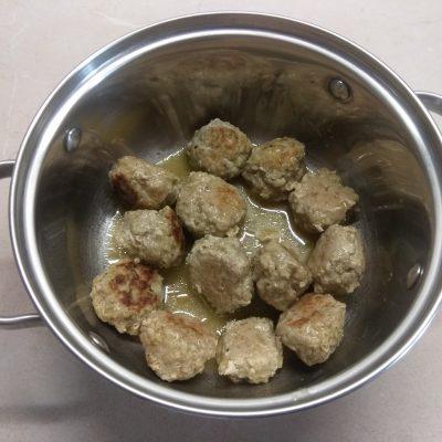 Фото рецепта - Салат из савойской капусты с тефтелями, грушей и пармезаном - шаг 1