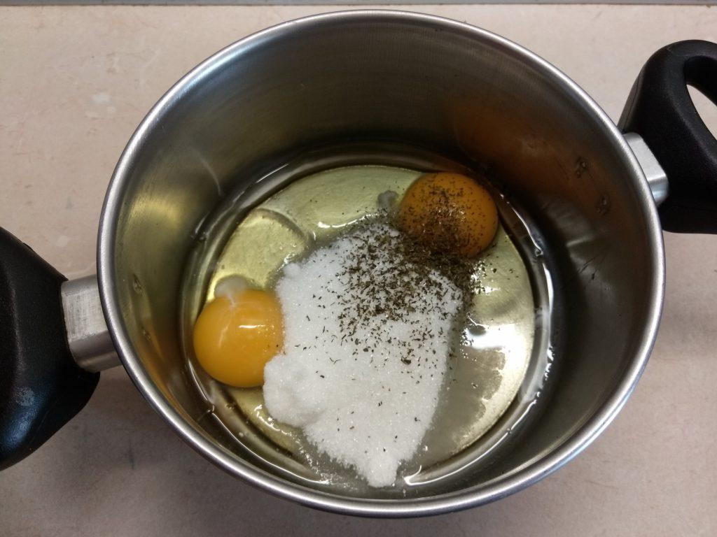 Фото рецепта - Быстрый пирог на кефире и манке за 10 минут - шаг 2