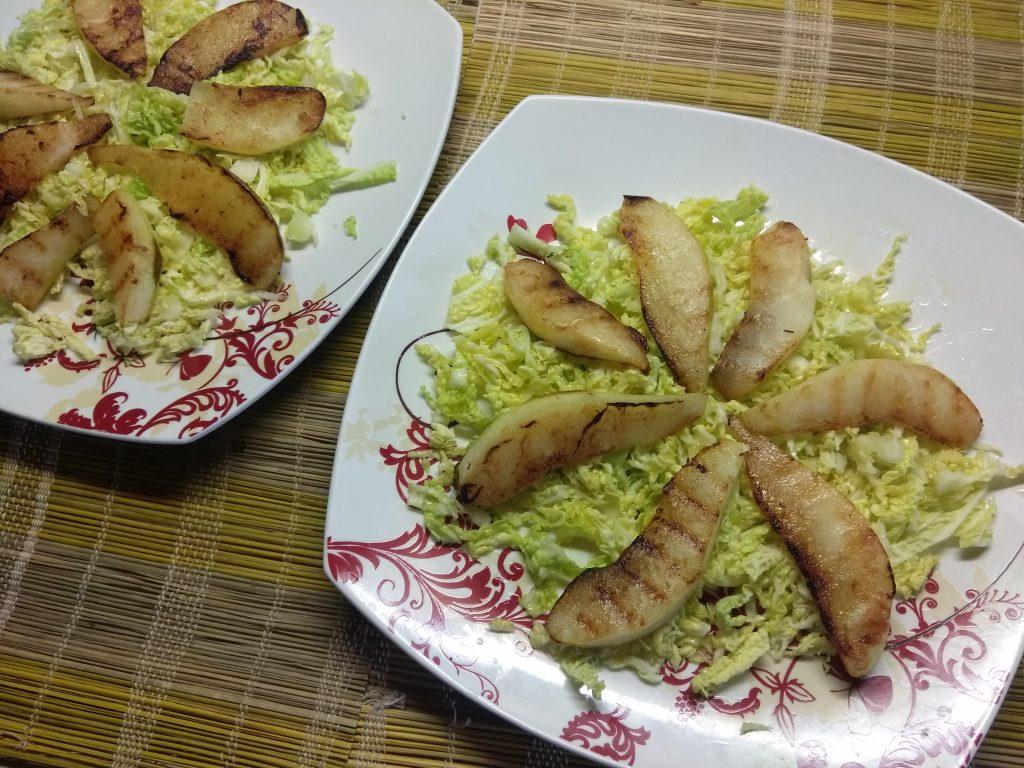 Фото рецепта - Салат из савойской капусты с тефтелями, грушей и пармезаном - шаг 3