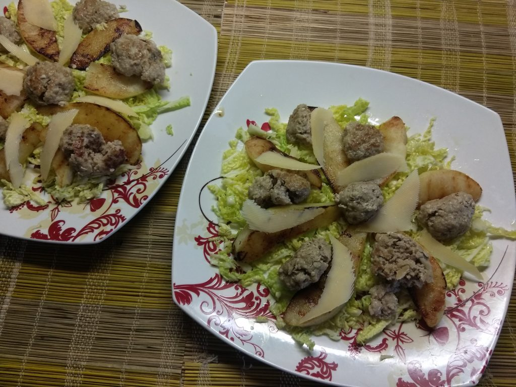 Фото рецепта - Салат из савойской капусты с тефтелями, грушей и пармезаном - шаг 5