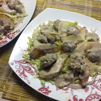 Фото рецепта - Салат из савойской капусты с тефтелями, грушей и пармезаном - шаг 7