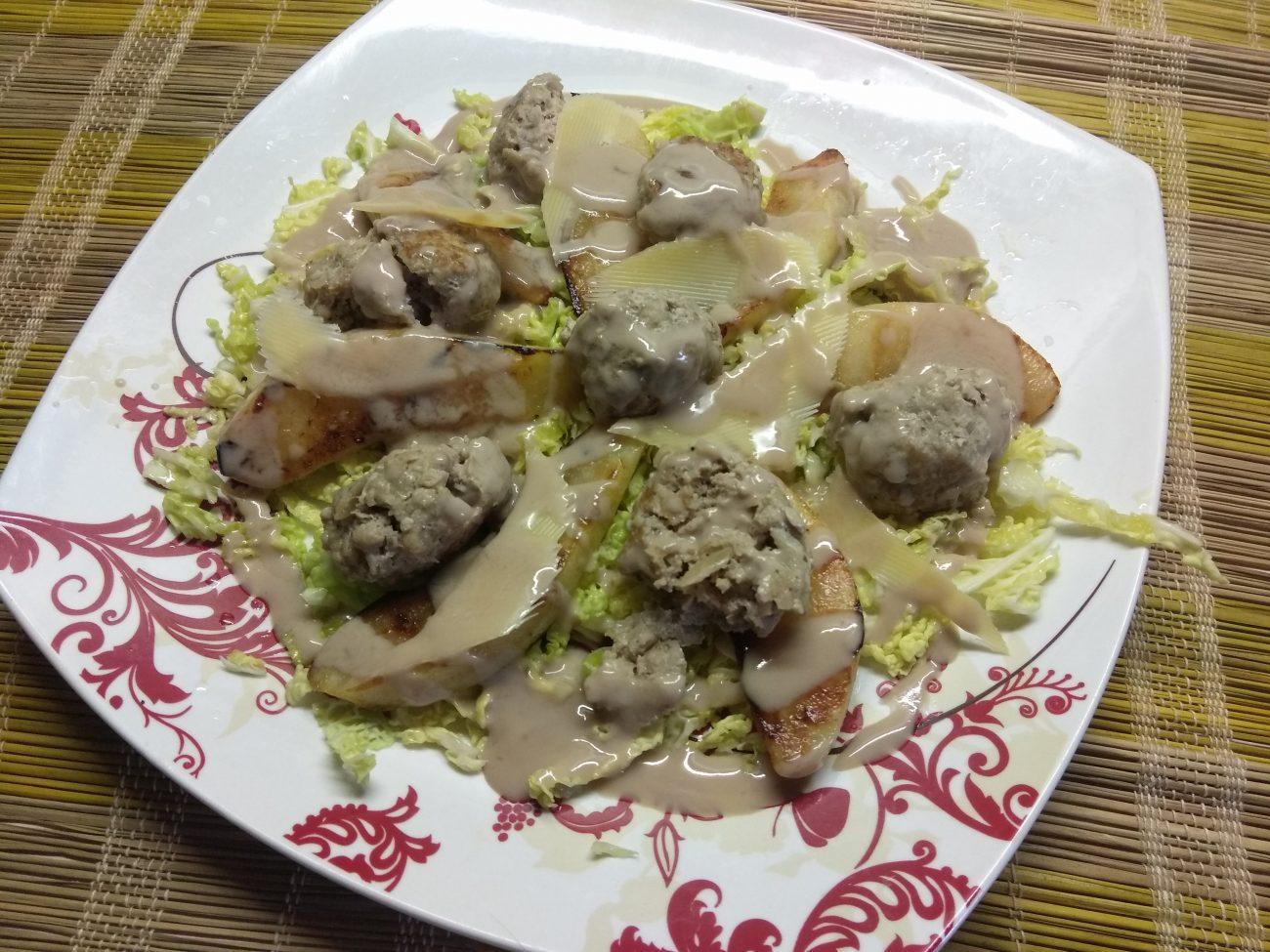Салат из савойской капусты с тефтелями, грушей и пармезаном