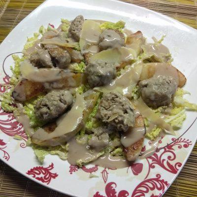 Салат из савойской капусты с тефтелями, грушей и пармезаном - рецепт с фото
