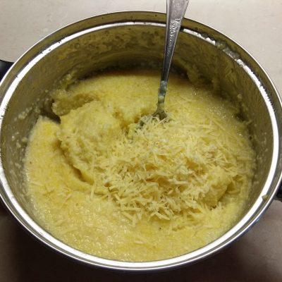 Фото рецепта - Кукурузная каша с шампиньонами и пармезаном - шаг 5