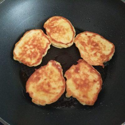 Фото рецепта - Сырники с грушей - шаг 5