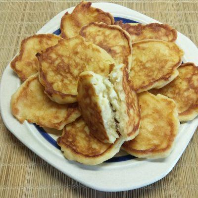 Фото рецепта - Сырники с грушей - шаг 6
