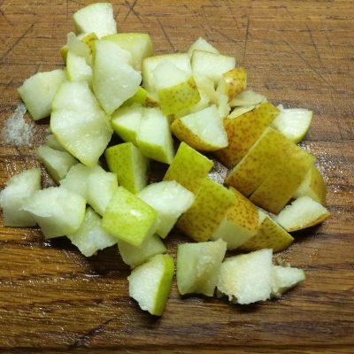 Фото рецепта - Салат с бужениной, фетой, нутом и грушей - шаг 4