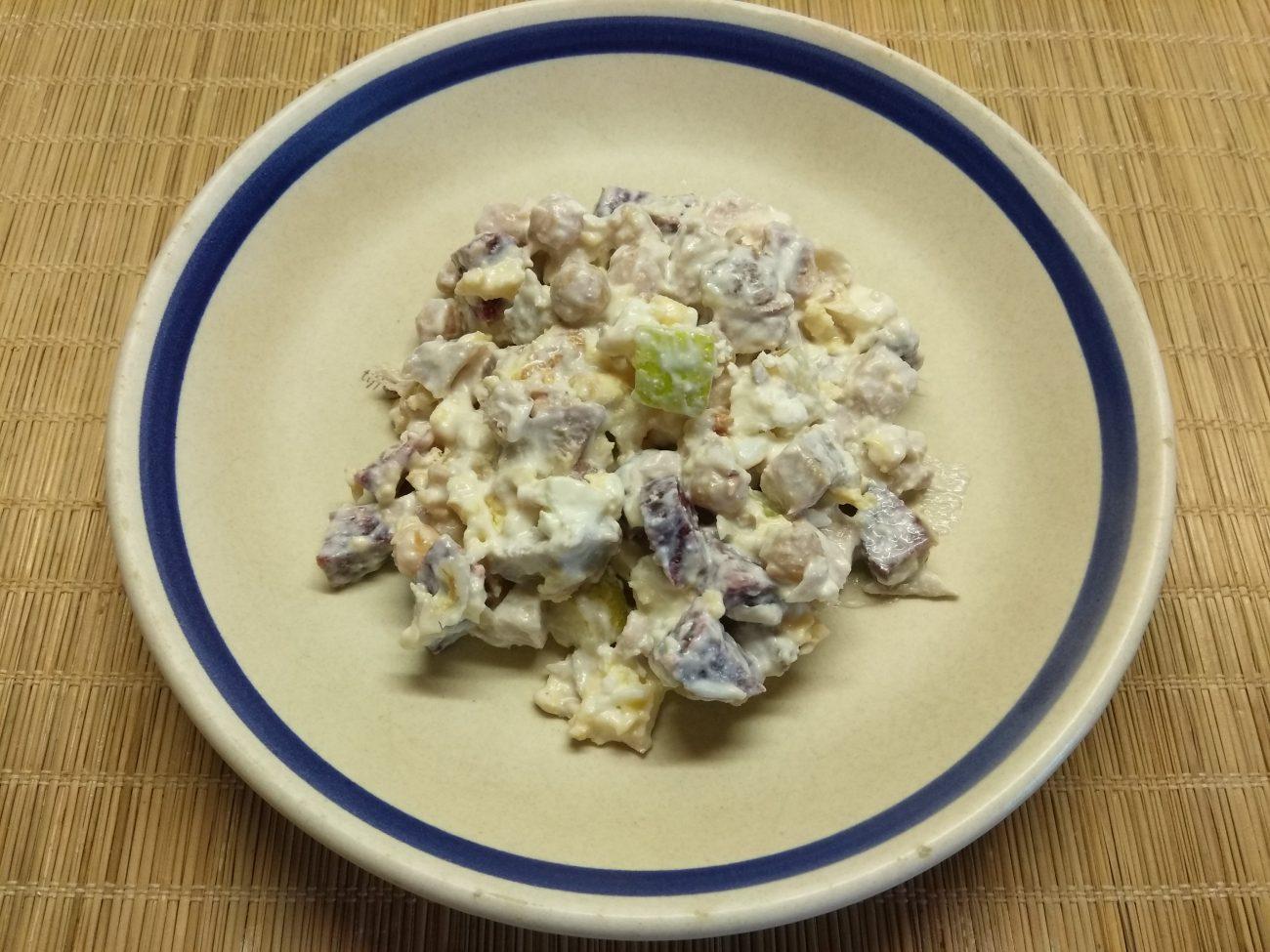 Салат с бужениной, фетой, нутом и грушей
