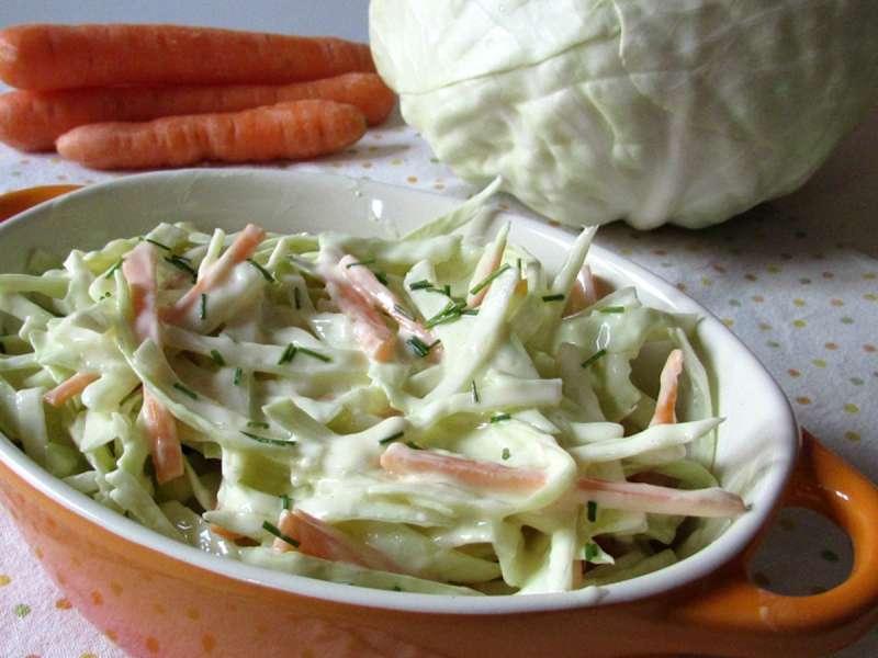 Капустный салат с морковью и грушей
