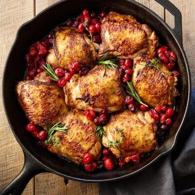Куриные бедра, запеченные с клюквой и розмарином - рецепт с фото