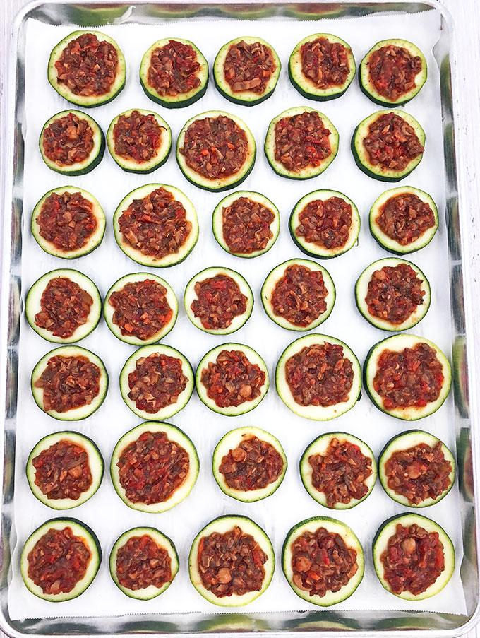 Фото рецепта - Мини-пицца из кабачков с сыром и грибами - шаг 5