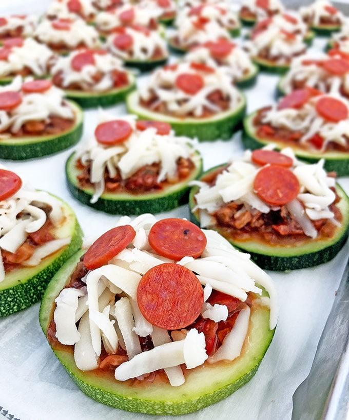Фото рецепта - Мини-пицца из кабачков с сыром и грибами - шаг 6