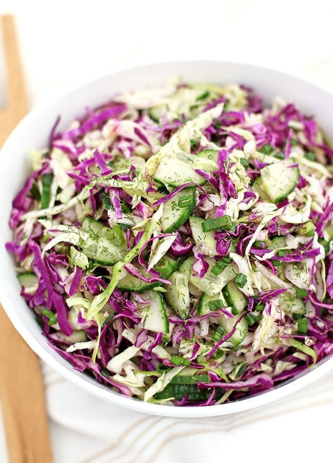 Салат из краснокочанной и белокочанной капусты с огурцом