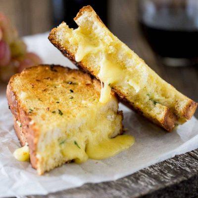 Запеченные бутерброды с сыром и чесноком - рецепт с фото