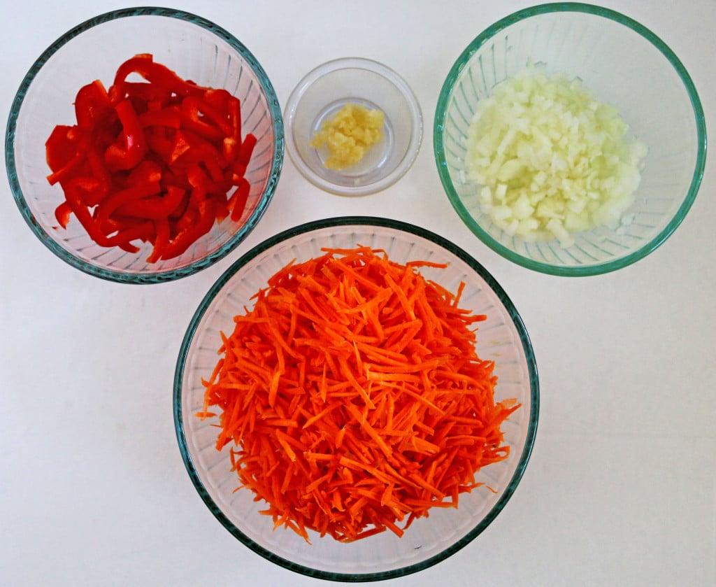 Фото рецепта - Фрикадельки из гречки и говядины, запеченные в овощном соусе - шаг 1
