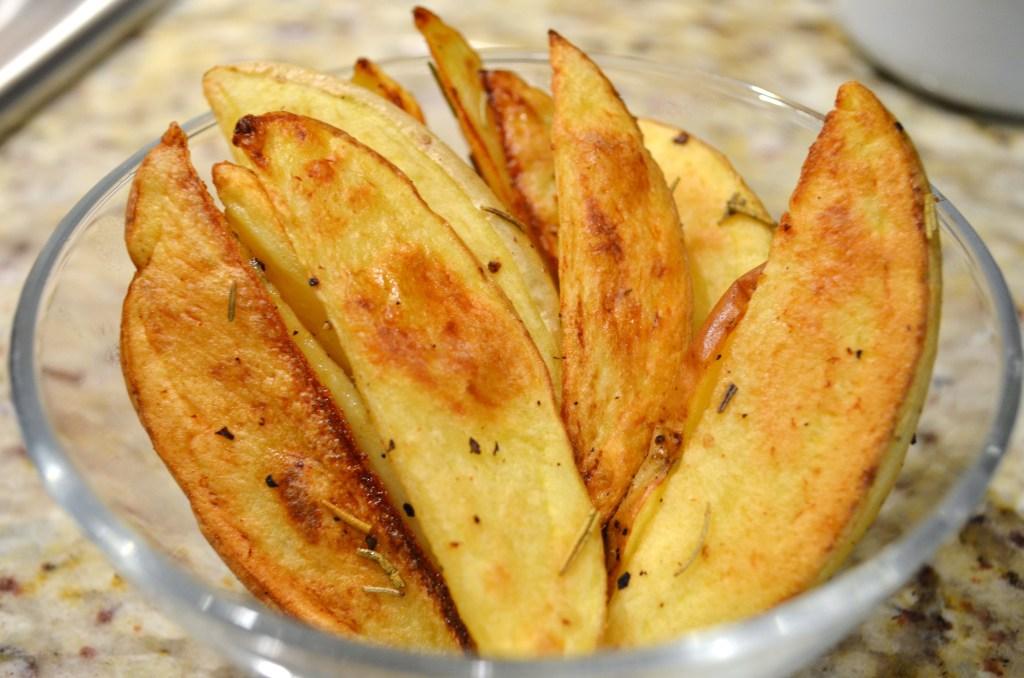 Запеченные картофельные дольки (по-деревенски)