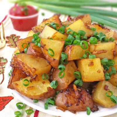 Запеченный картофель с луком и маслом - рецепт с фото