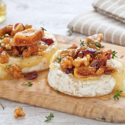 Запеченный сыр Бри с орехами и инжиром - рецепт с фото